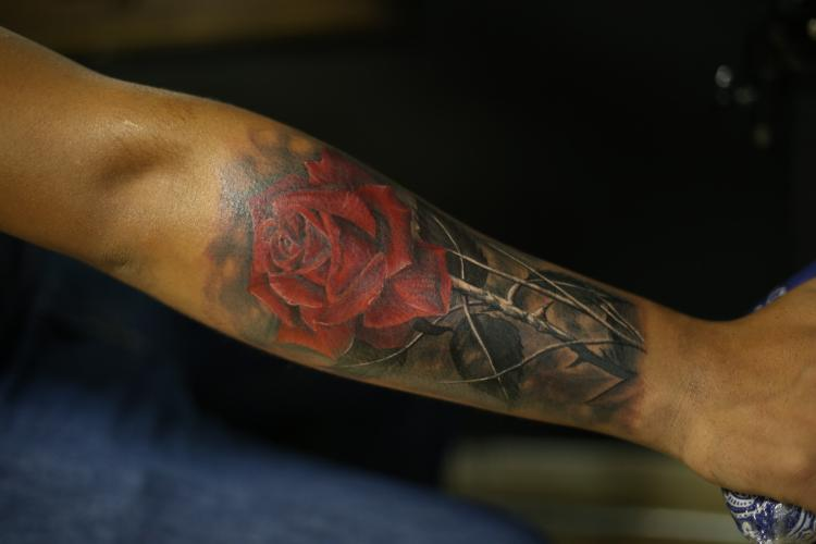 ROSA BRAZO tatuaje realizado por Old Gangsters Tattoo Shop