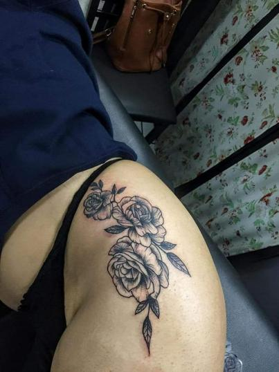 Flores estilo BlackWork tatuaje realizado por Doble V Tattoos