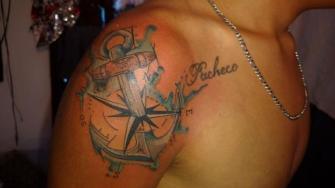 Ancla y rosa de los vientos tatuaje realizado por El Dragón Tattoo Studio