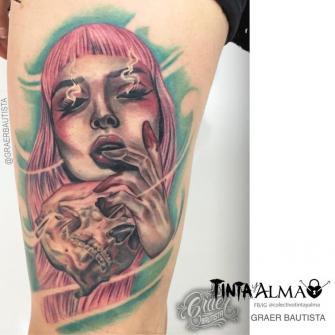 Rostro mujer y cráneo en la pierna tatuaje realizado por Graer Bautista