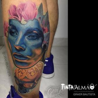 Retrato de mujer con cráneo y flores tatuaje realizado por Graer Bautista