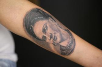 FRIDA KALHO RETRATO  tatuaje realizado por Old Gangsters Tattoo Shop