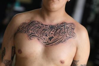 LETTERING EN EL PECHO  tatuaje realizado por Old Gangsters Tattoo Shop