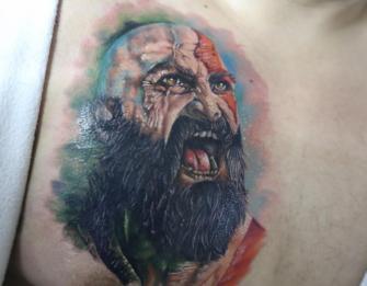 RETRATO DE KRATOS EN EL PECHO tatuaje realizado por Old Gangsters Tattoo Shop