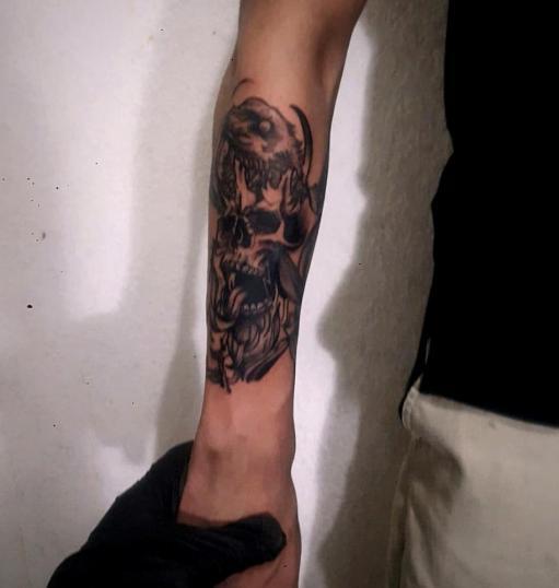 Calavera con cuervo en Estilo BlackWork tatuaje realizado por Doble V Tattoos