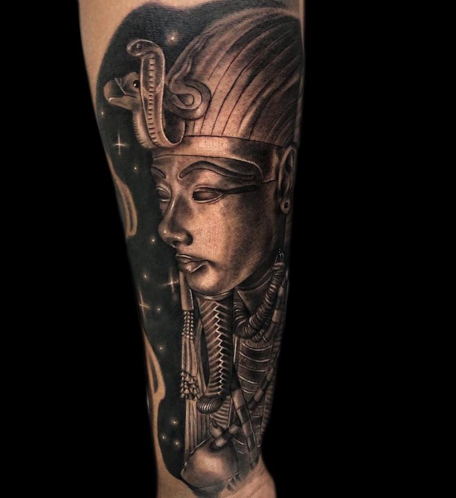 Ramses II tatuaje realizado por Angel Ruiz (Hard Core)