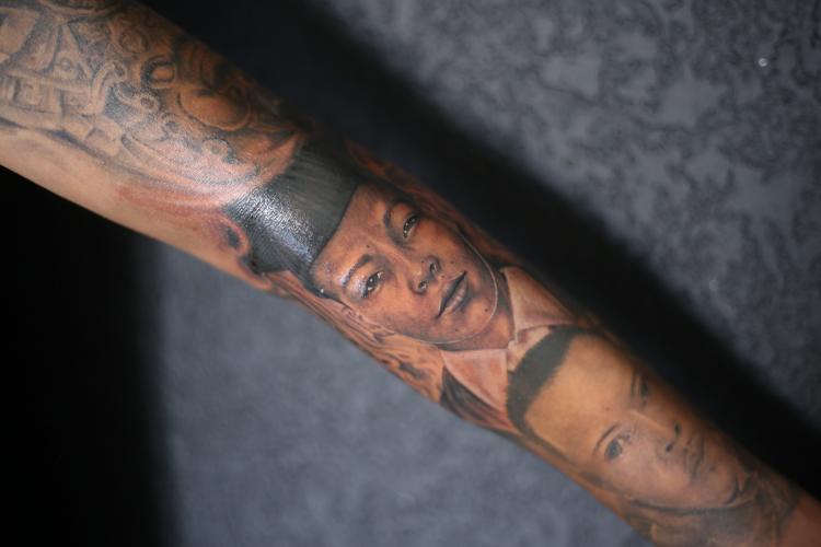 RETRATO BRAZO FAMILIA tatuaje realizado por Old Gangsters Tattoo Shop