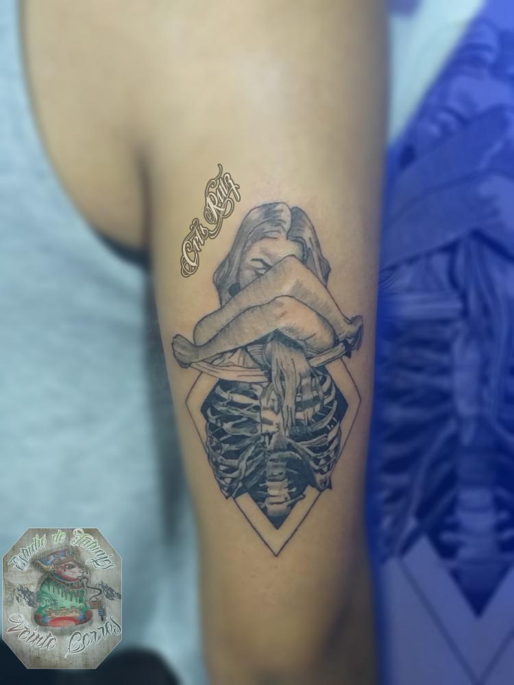 Mujer esqueleto tatuaje realizado por Cristhian Ruiz