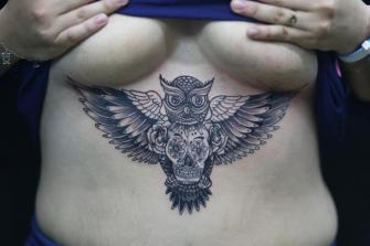 BUHO CON CALAVERA tatuaje realizado por Old Gangsters Tattoo Shop