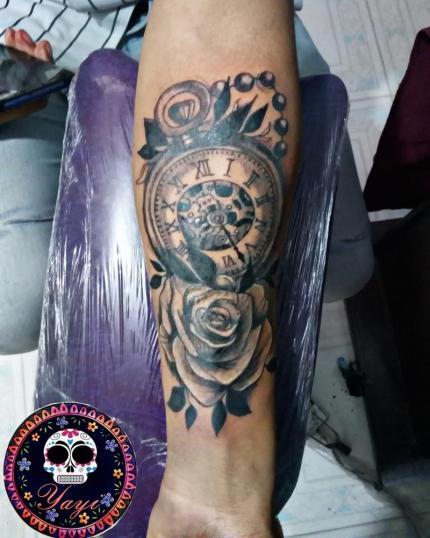 Reloj tatuaje realizado por Yayi Yelitza