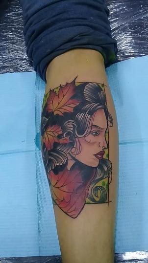 Rostro con hojas tatuaje realizado por Jocker Ink Tattoo