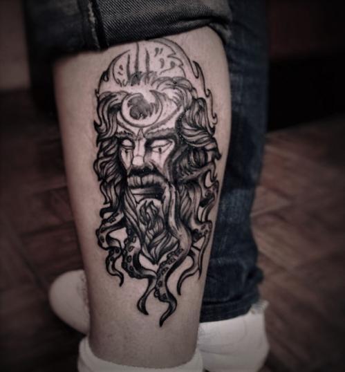 Dios del mar Griego estilo BlackWork tatuaje realizado por Doble V Tattoos