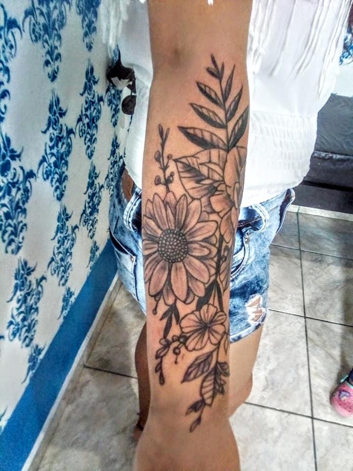 Flores tatuaje realizado por Rak Martinez