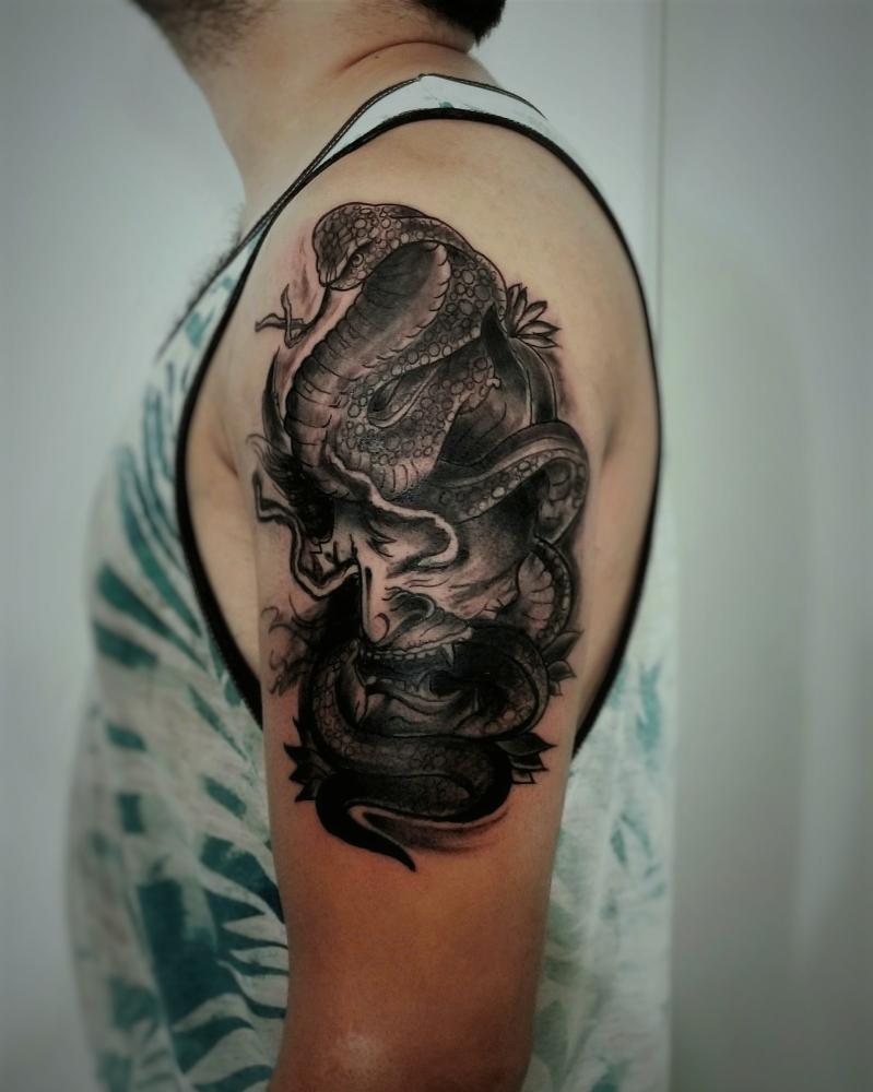 Demonio chino con Serpiente en Black And Grey  tatuaje realizado por Doble V Tattoos