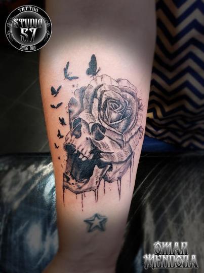 Cráneo y rosa  tatuaje realizado por Omar Mendoza