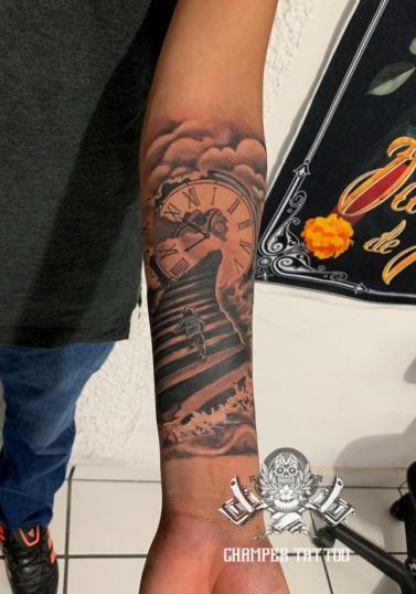Niño sobre escalera tatuaje realizado por Champer tattoo Querétaro