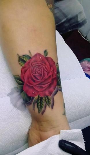 Rosa tatuaje realizado por Jocker Ink Tattoo
