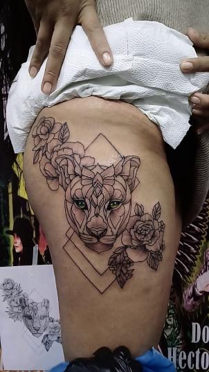 Felino con Flores tatuaje realizado por Jocker Ink Tattoo