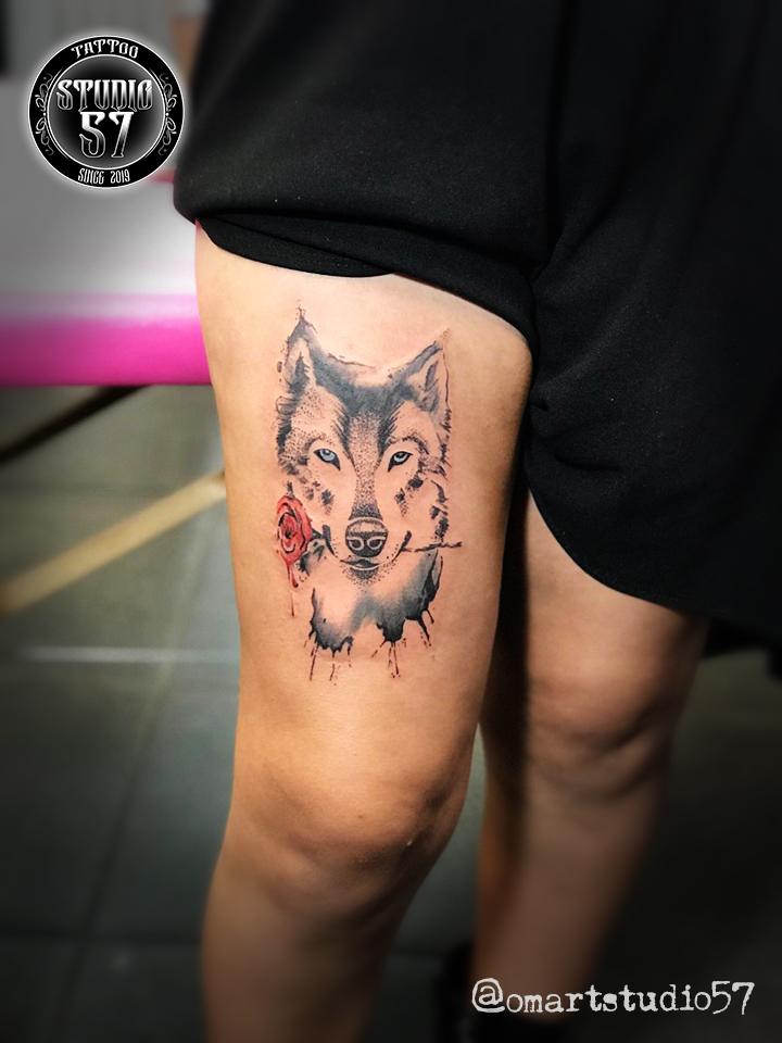 Lobo y rosa  tatuaje realizado por Omar Mendoza