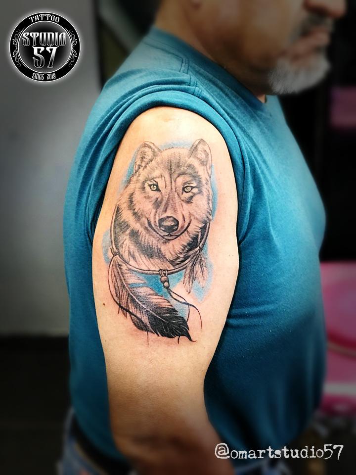 Lobo y Atrapa sueños  tatuaje realizado por Omar Mendoza
