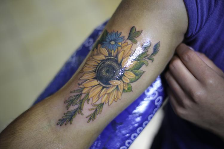 GIRASOL tatuaje realizado por Old Gangsters Tattoo Shop