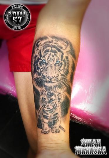 Tigre y cachorro  tatuaje realizado por Omar Mendoza