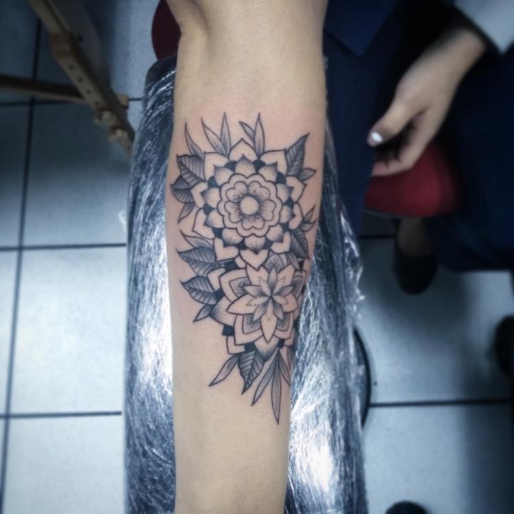 Flores Mandala tatuaje realizado por Rikardo romo