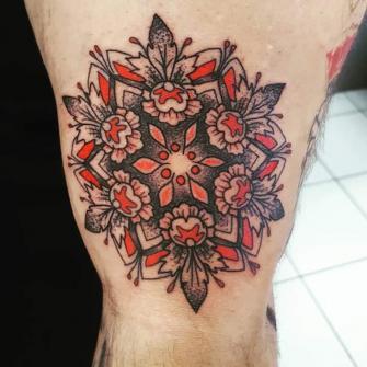 Mandala con color  tatuaje realizado por Rikardo romo