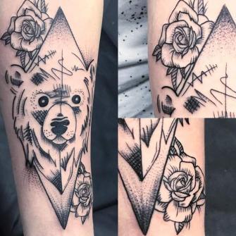 Oso Blackwork tatuaje realizado por Rikardo romo