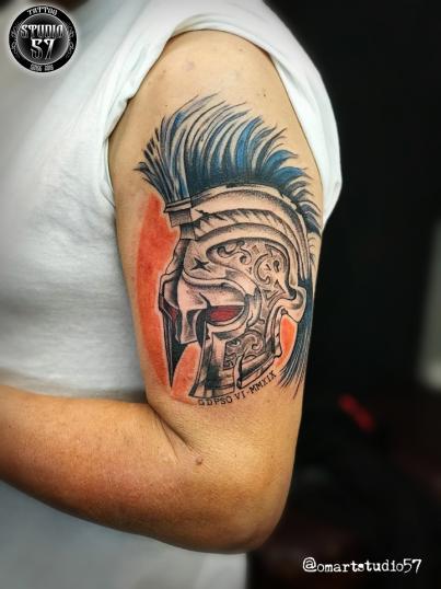 casco espartano  tatuaje realizado por Omar Mendoza