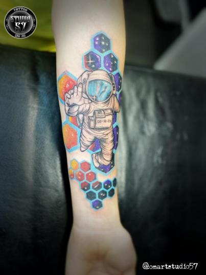 Astronauta  tatuaje realizado por Omar Mendoza