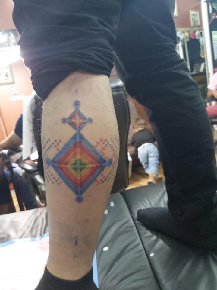 Ojo de dios y pulsera estilo punto de cruz tatuaje realizado por Paola Vázquez