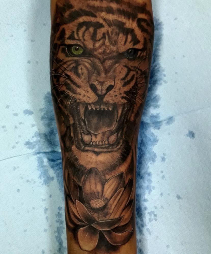 Tigre tatuaje realizado por Juan Calavera