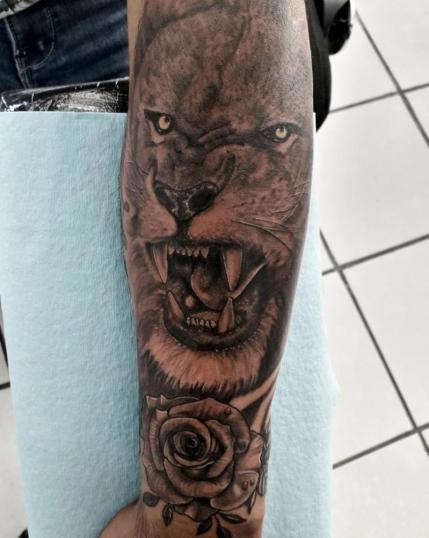 Leon tatuaje realizado por Juan Calavera