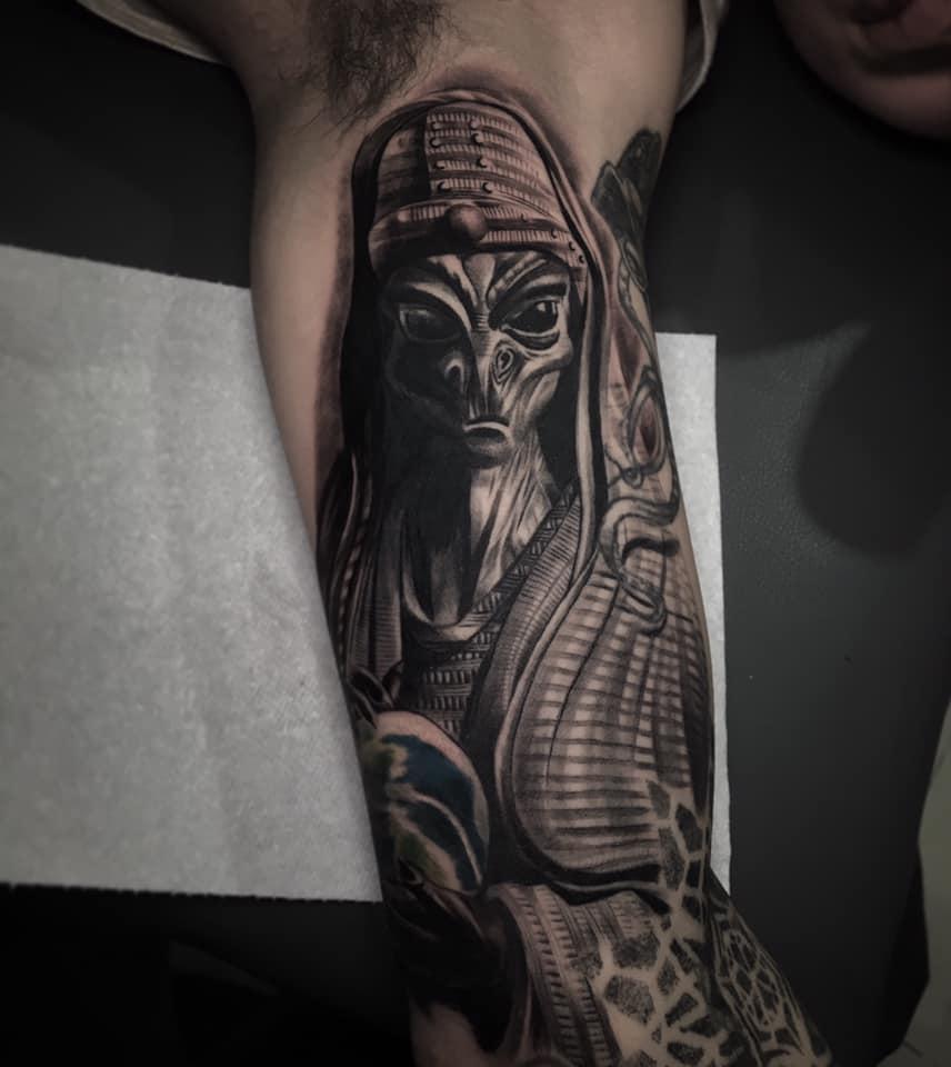 Alien black and grey tatuaje realizado por Chino Guzman Herrera