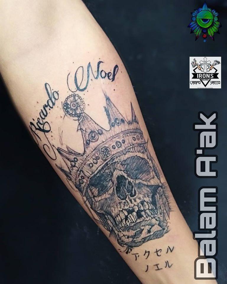 Cráneo y coron blackwork tatuaje realizado por Alan Mendez
