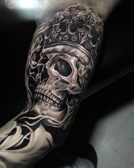 Cráneo con corona tatuaje realizado por Chino Guzman Herrera
