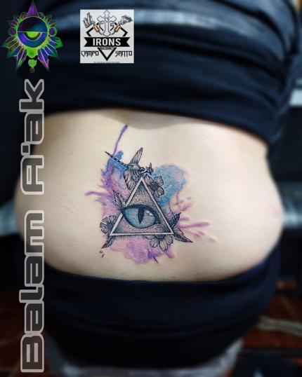 Ojo y triangulo Illuminati tatuaje realizado por Alan Mendez