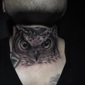Búho en el cuello tatuaje realizado por Chino Guzman Herrera