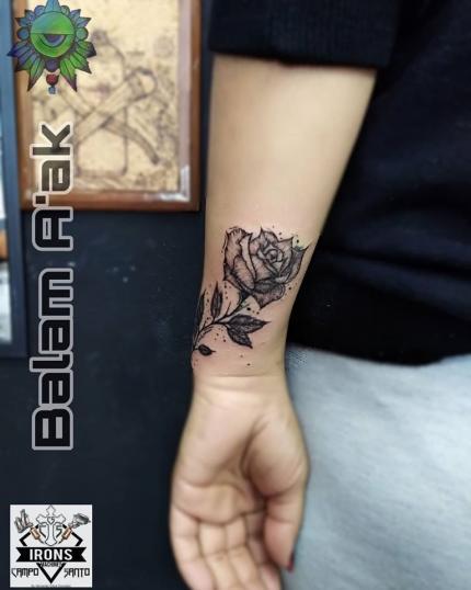 Rosa blackworck tatuaje realizado por Alan Mendez