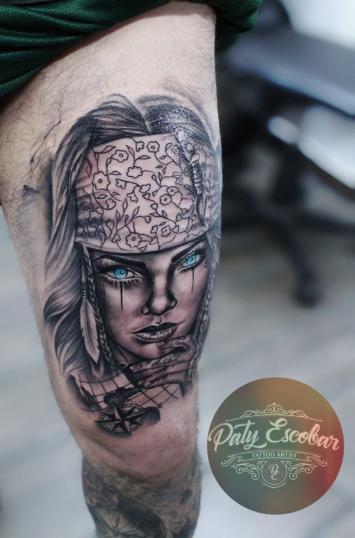 Retrato mujer black and grey tatuaje realizado por Paty Escobar
