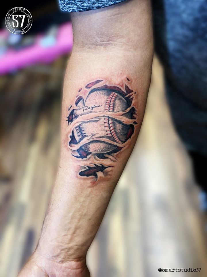 Base Ball tatuaje realizado por Omar Mendoza