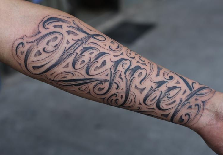 letras lettering  tatuaje realizado por Old Gangsters Tattoo Shop