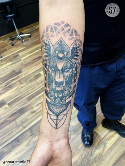 Annubis  tatuaje realizado por Omar Mendoza