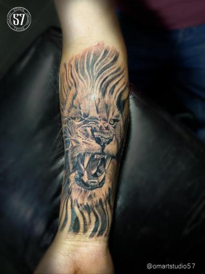 León  tatuaje realizado por Omar Mendoza