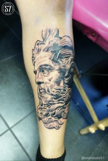 Zeus  tatuaje realizado por Omar Mendoza