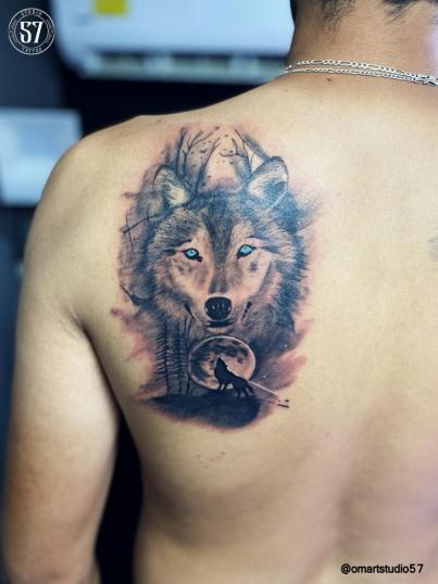 Lobo y luna Llena  tatuaje realizado por Omar Mendoza
