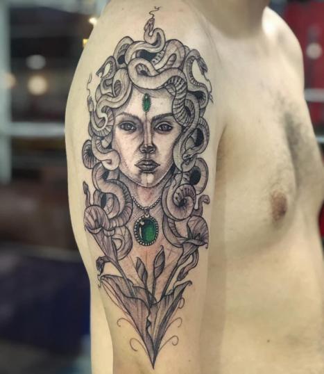 Medusa tatuaje realizado por Rene pacheco